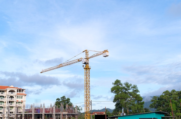 Gru a torre gialla della costruzione