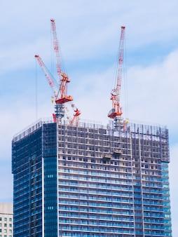 Gru che costruisce in costruzione esterno