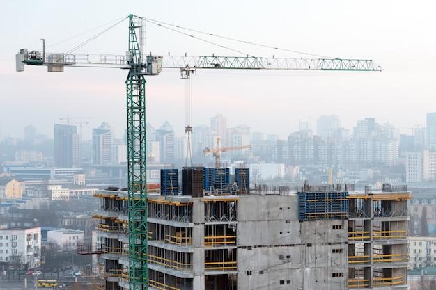 Gru da costruzione e costruzioni in costruzione contro il cielo di sera. cantiere, città all'alba, skyline di kiev