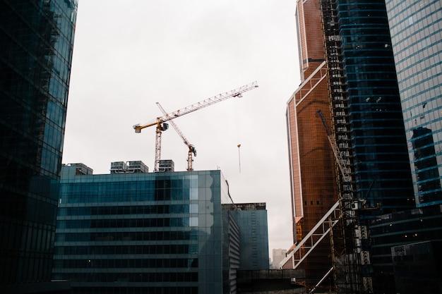 Gru da costruzione ed edifici