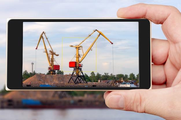 Gru da costruzione sullo schermo dello smartphone