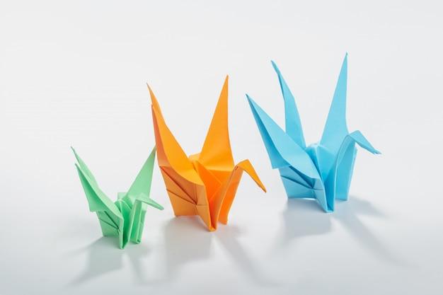 Gru di origami su bianco