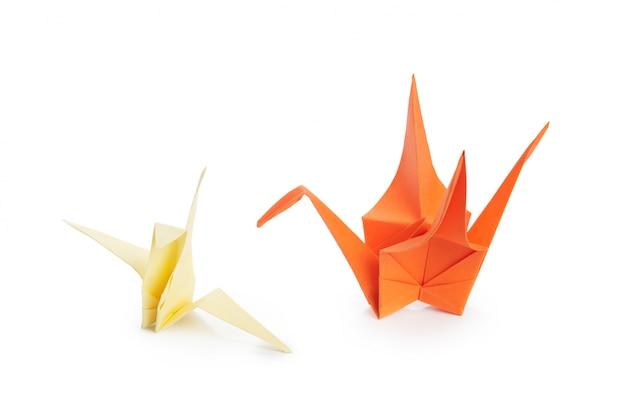 Gru di origami su sfondo bianco