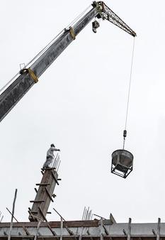 Gru di sollevamento contenitore betoniera