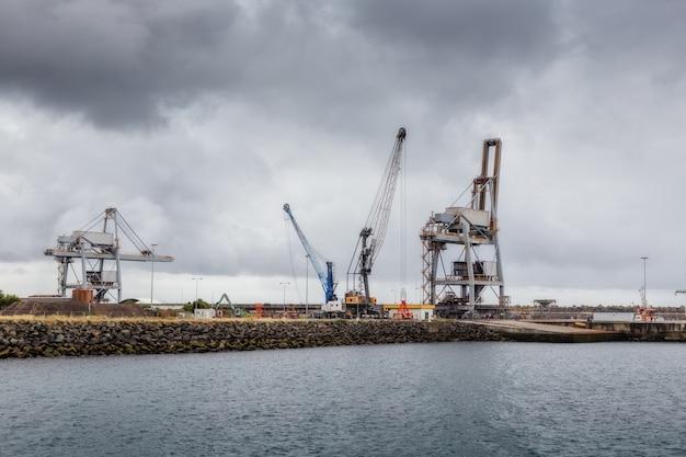 Gru e ascensori nel porto industriale di sines.