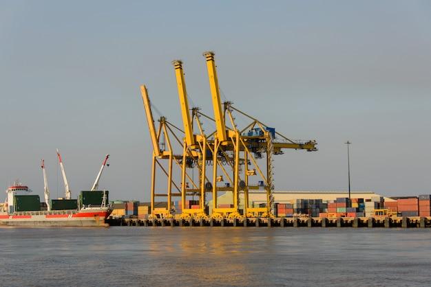Gru per container nel terminale