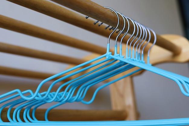 Grucce per vestiti vuote sullo scaffale di legno