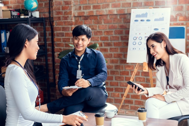 Gruppo asiatico di gente di affari. gente di affari che divide le loro idee