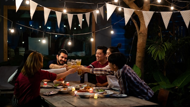 Gruppo asiatico di mangiare e bere