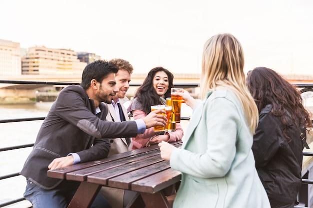 Gruppo aziendale che beve birra dopo il lavoro a londra