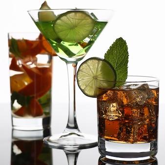 Gruppo cocktail cola con mojito di whisky