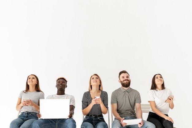 Gruppo copia-spazio di giovani mock-up