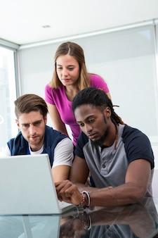 Gruppo creativo che utilizza computer portatile