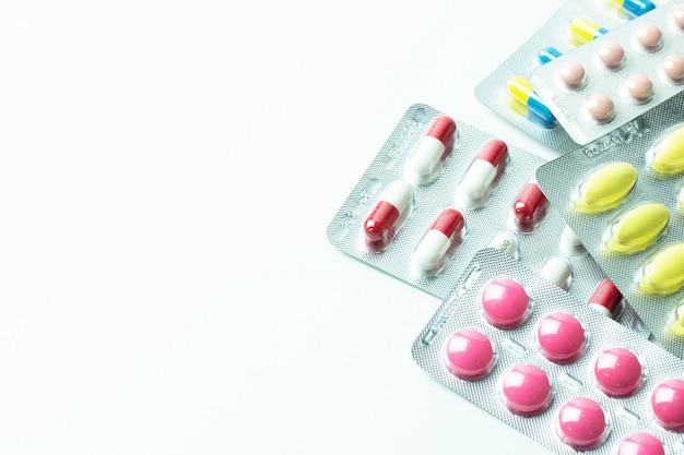 Gruppo della bolla della medicina isolato su fondo bianco
