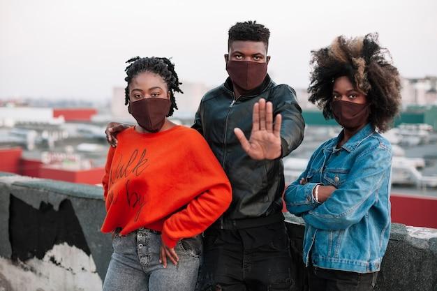 Gruppo di adolescenti che indossano maschere per il viso