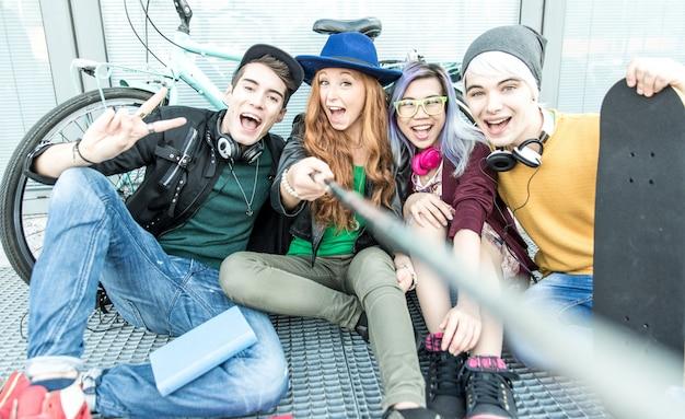 Gruppo di adolescenti che svolgono attività in un'area urbana