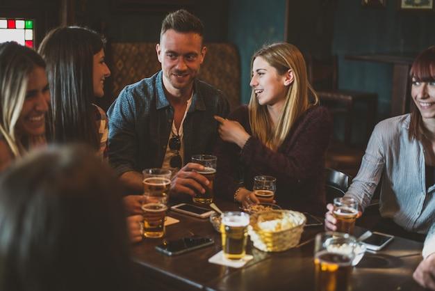 Gruppo di adolescenti divertirsi in un pub