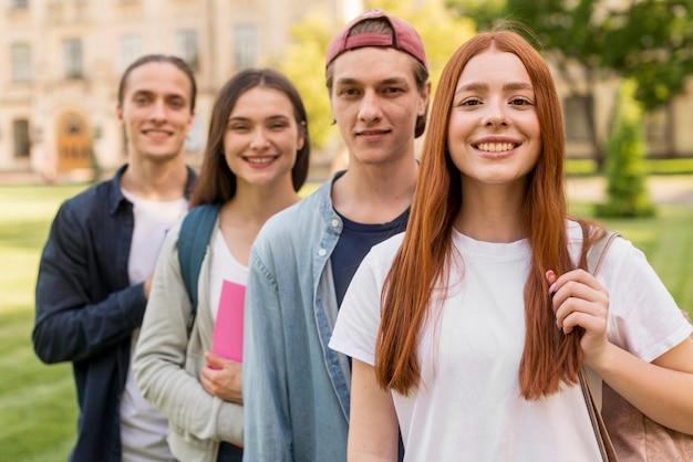 Gruppo di adolescenti felici di tornare all'università