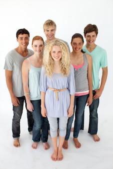 Gruppo di adolescenti in piedi davanti alla telecamera