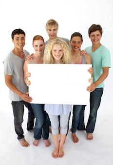 Gruppo di adolescenti in possesso di un biglietto vuoto