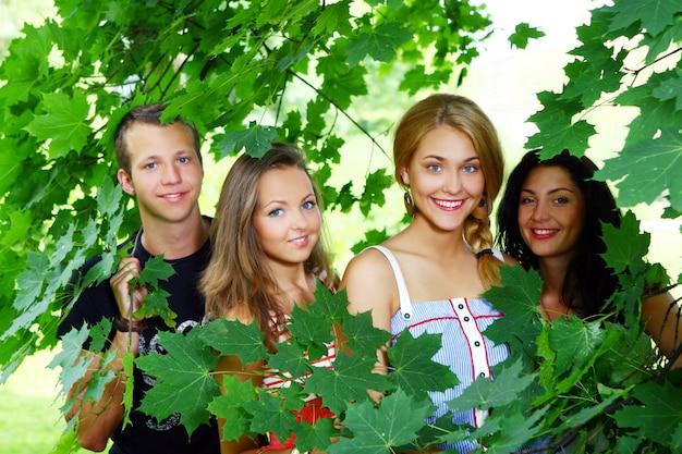 Gruppo di adolescenti nel parco