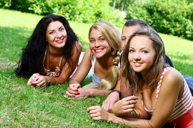 Gruppo di adolescenti ragazzi e ragazze