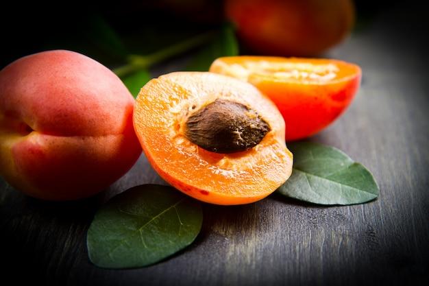 Gruppo di albicocche fresche con foglia