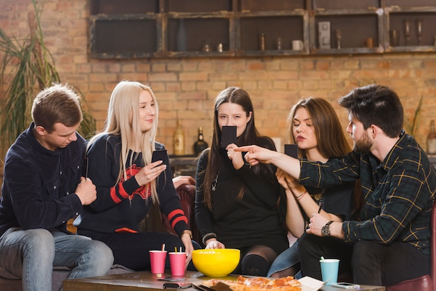 Gruppo di amici a una festa