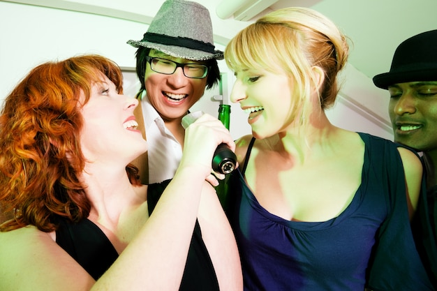 Gruppo di amici alla festa di karaoke