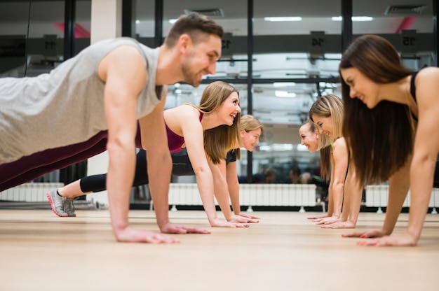 Gruppo di amici, allenandovi in palestra