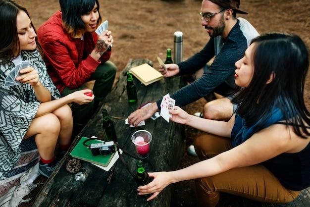 Gruppo di amici che appendono insieme le carte da gioco concetto