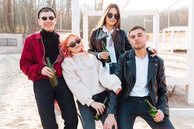 Gruppo di amici che bevono birra e divertirsi insieme