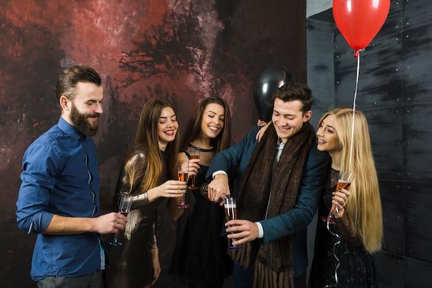Gruppo di amici che celebrano il 2018