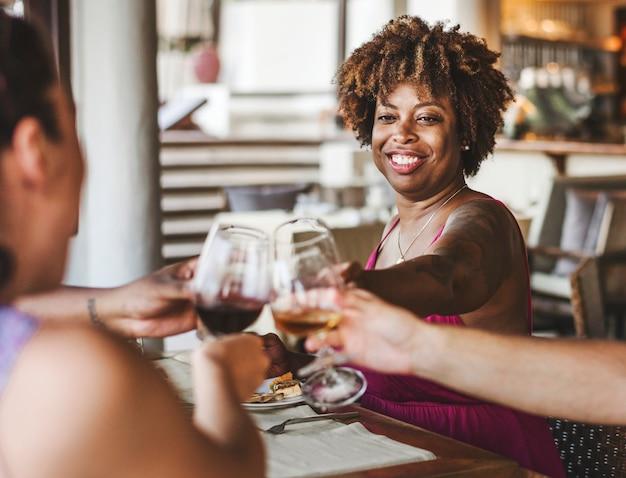 Gruppo di amici che celebrano in un ristorante