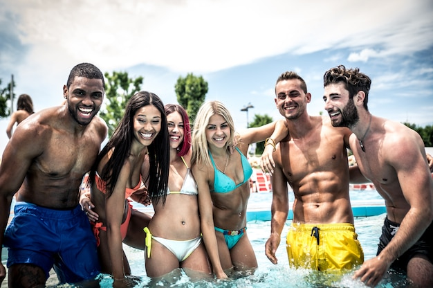 Gruppo di amici che fanno festa in piscina