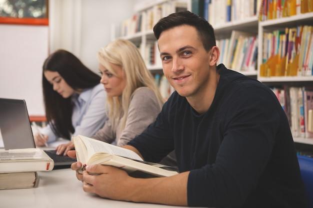 Gruppo di amici che godono di studiare insieme in biblioteca