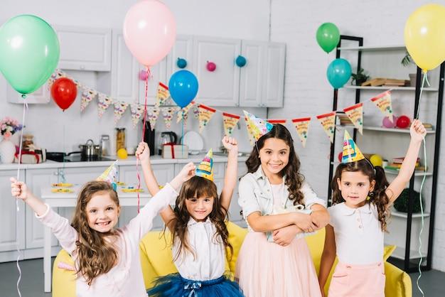 Gruppo di amici che godono la festa di compleanno a casa