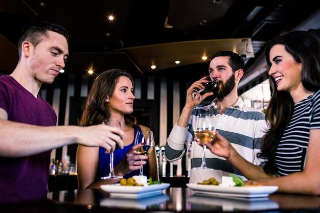 Gruppo di amici che hanno un bicchiere di vino in un bar