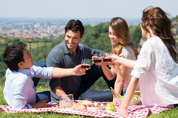 Gruppo di amici che hanno un picnic