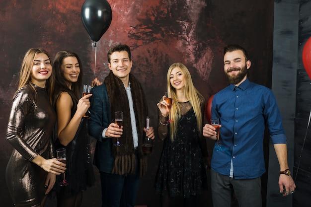 Gruppo di amici che hanno una festa 2018