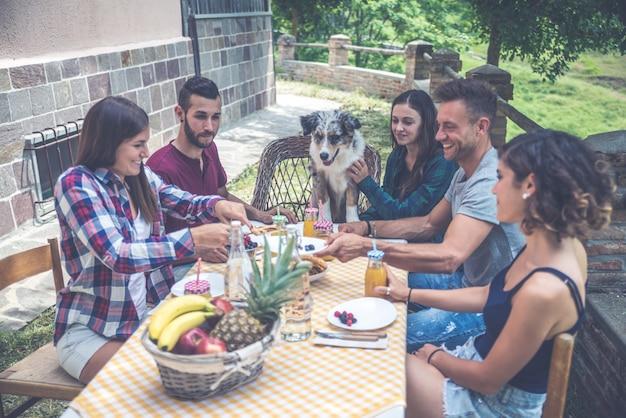 Gruppo di amici che passano il tempo a fare un picnic
