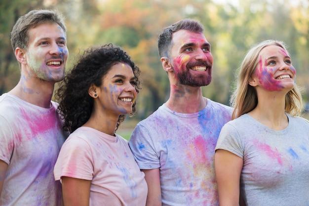 Gruppo di amici che posano mentre distogliendo lo sguardo