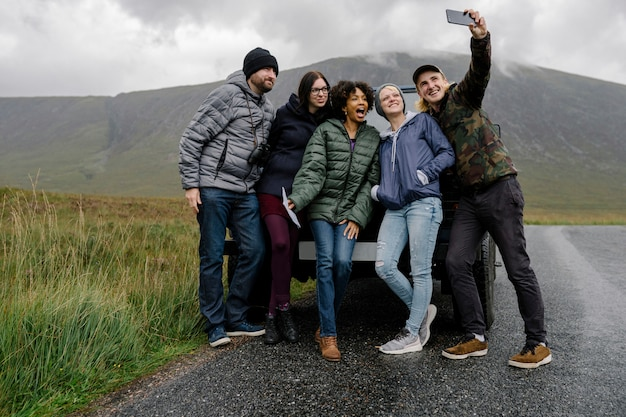 Gruppo di amici che prendono un selfie a glen etive, in scozia