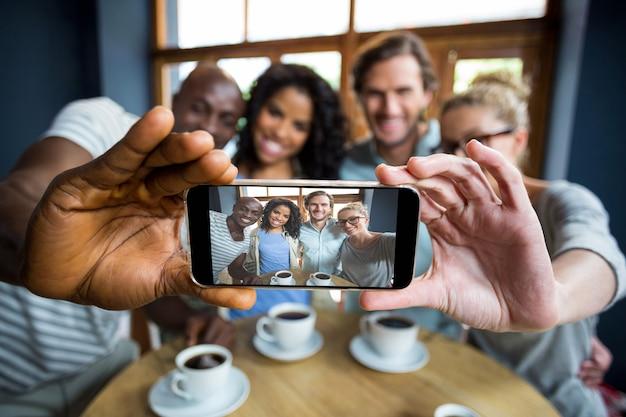 Gruppo di amici che prendono un selfie dal telefono cellulare