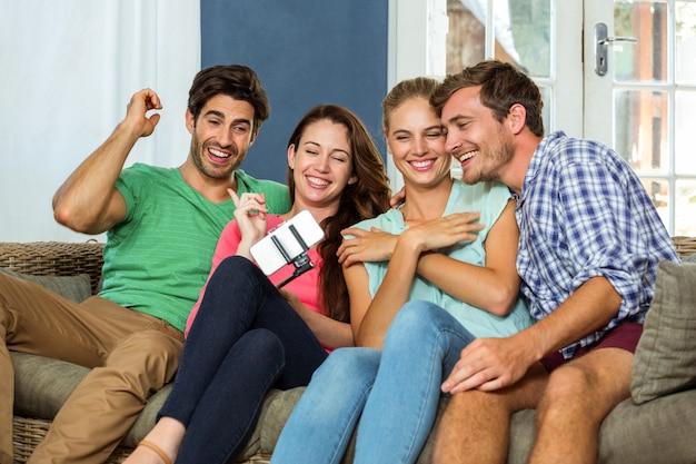 Gruppo di amici che prendono un selfie