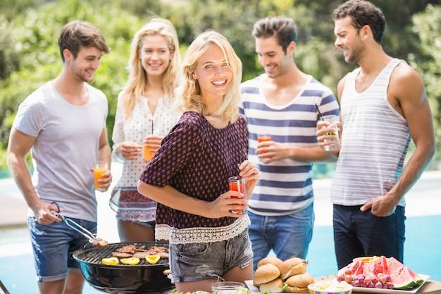 Gruppo di amici che preparano per barbecue all'aperto