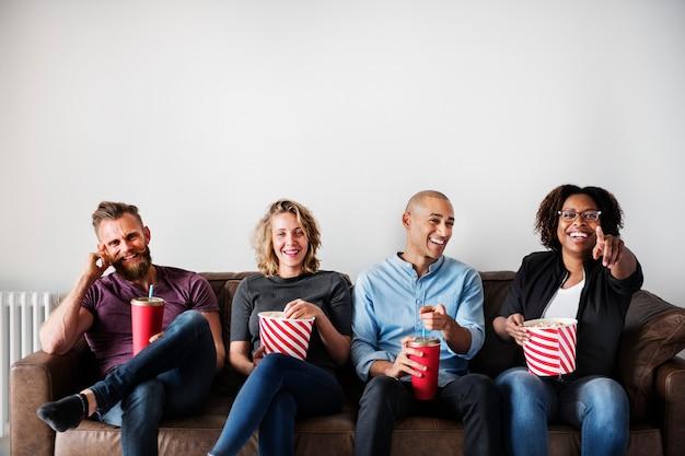 Gruppo di amici che si diverte a guardare film