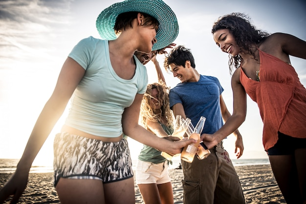 Gruppo di amici che si diverte in riva al mare