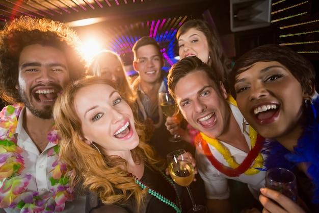 Gruppo di amici che si diverte nel bar