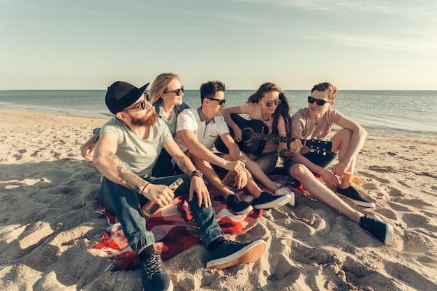 Gruppo di amici che si diverte sulla spiaggia